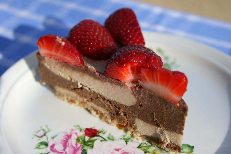 recipe, dessert, cake, raw, plant-based, vegan, lactose-free, casein-free, sugar-free, cashews, peanuts, banana, agave syrup, cacao, carob, strawberries