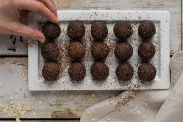 Quick and easy gingerbread flavoured vegan energy balls that are perfect as healthy snacks when you need a pick-me-up in the afternoon. You only need a food processor or a large bowl, a spoon and 25 minutes of your time.